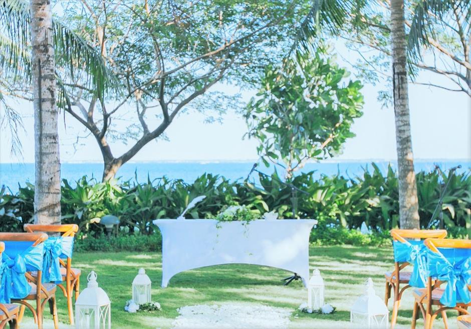 クリムゾン・リゾート&スパ・マクタンヴィラ・ガーデンナチュラル・ウェディングマリン・ブルー祭壇周り生花祭壇装飾
