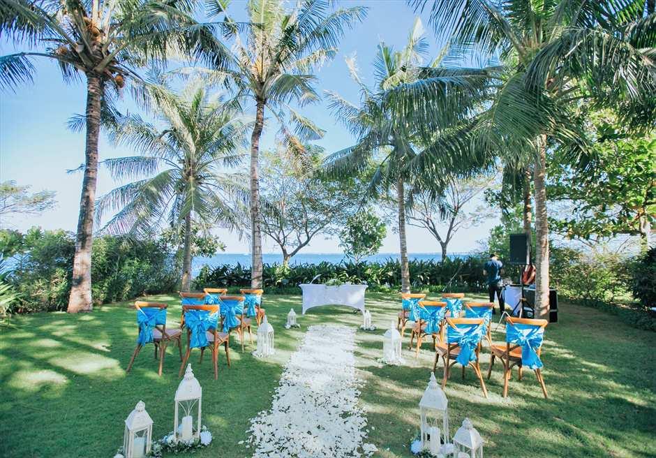 クリムゾン・リゾート&スパ・マクタンヴィラ・ガーデンナチュラル・ウェディングマリン・ブルー挙式会場基本装飾(クロスバックチェア)