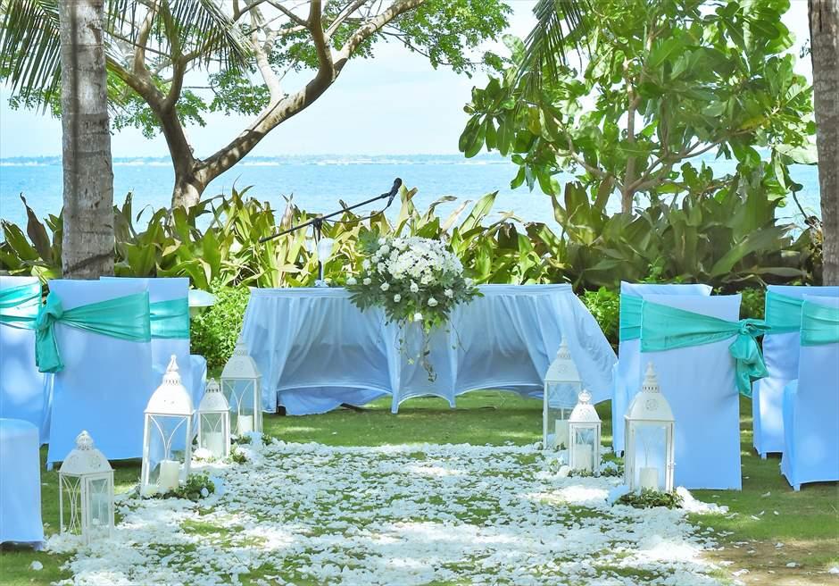 クリムゾン・リゾート&スパ・マクタンヴィラ・ガーデンナチュラル・ウェディングミスト・グリーン祭壇周り生花祭壇装飾