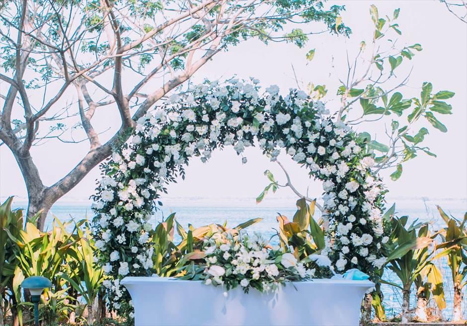 クリムゾン・リゾート&スパ・マクタンヴィラ・ガーデンデューイ・ウェディング装飾:サークルサークル・アーチ生花装飾