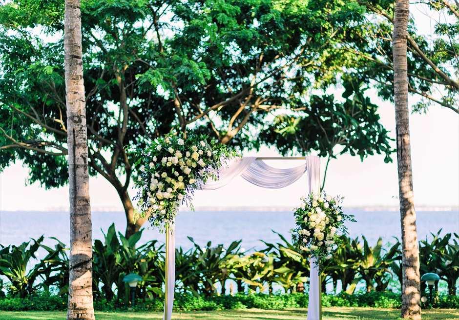 クリムゾン・リゾート&スパ・マクタンヴィラ・ガーデンデューイ・ウェディング装飾:エレガントウェディングアーチ(ゴールド)