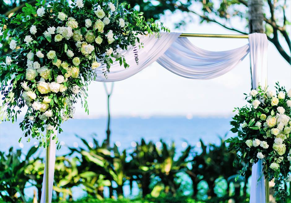 クリムゾン・リゾート&スパ・マクタンヴィラ・ガーデンデューイ・ウェディング装飾:エレガントウェディングアーチ生花装飾