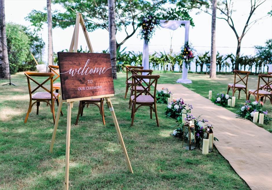 クリムゾン・リゾート&スパ・マクタンヴィラ・ガーデンデューイ・ウェディング装飾:フローラルウェルカムボード