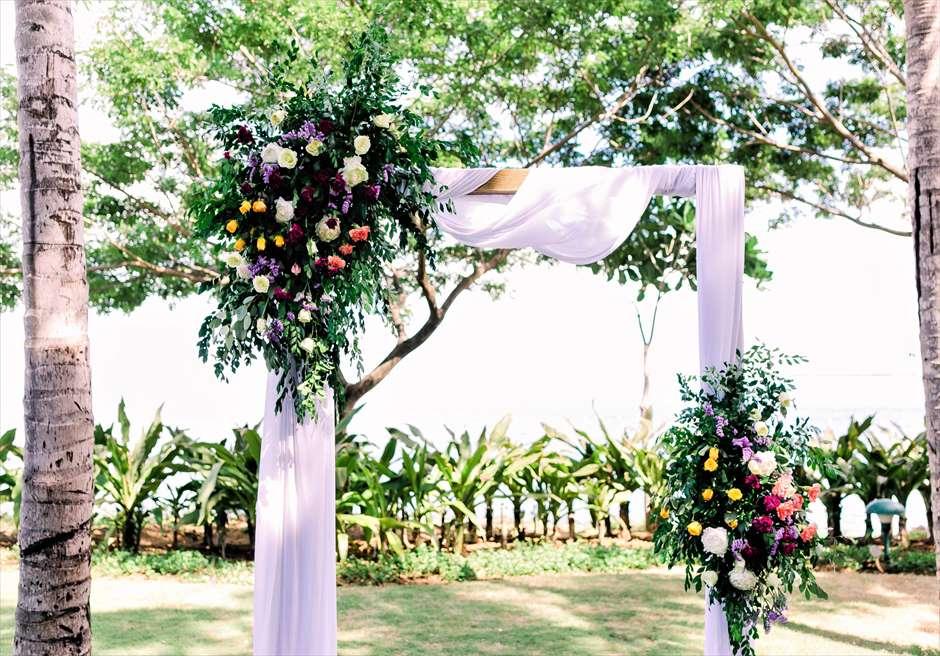 クリムゾン・リゾート&スパ・マクタンヴィラ・ガーデンデューイ・ウェディング装飾:フローラルウェディングアーチ生花装飾