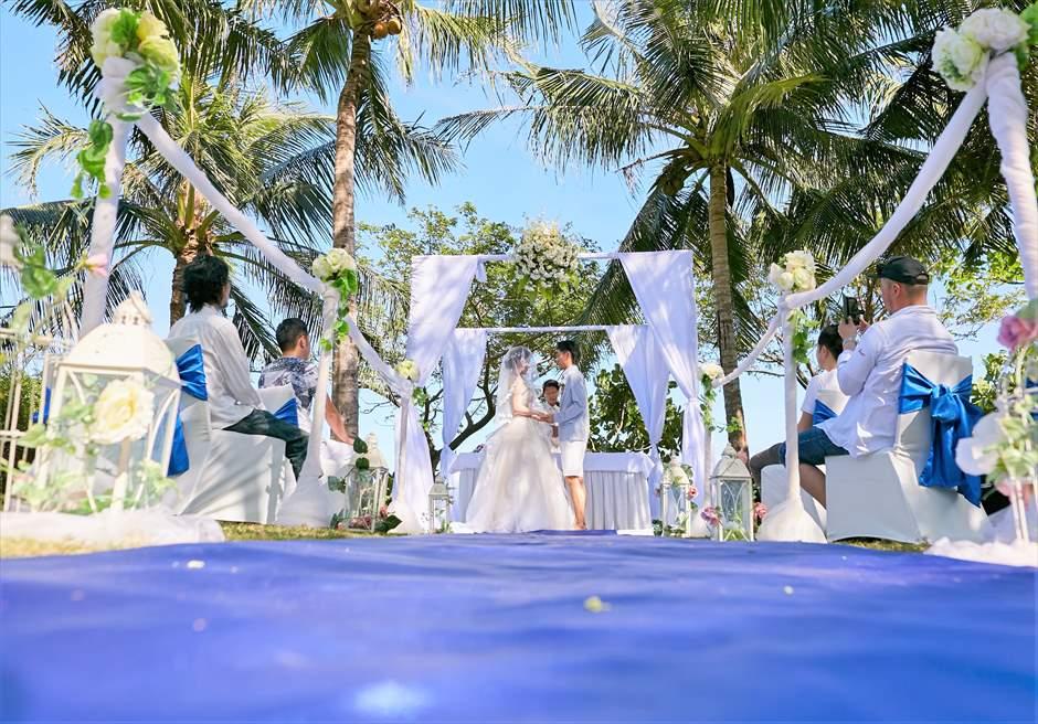 クリムゾン・リゾート&スパ・マクタンヴィラ・ガーデンクラシック・ウェディングブルー基本装飾挙式シーン
