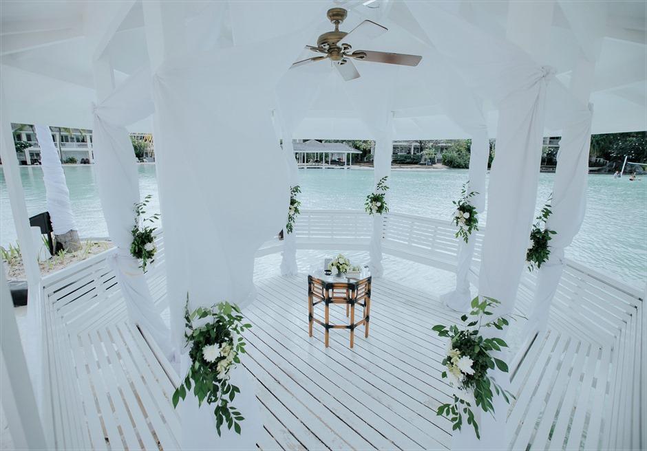 プランテーション・ベイ・リゾート&スパラグーンウェディングペニンシュラガゼボオール・ホワイト祭壇装飾生花:ホワイトサッシュ&カーペット:ヘンプ(麻)