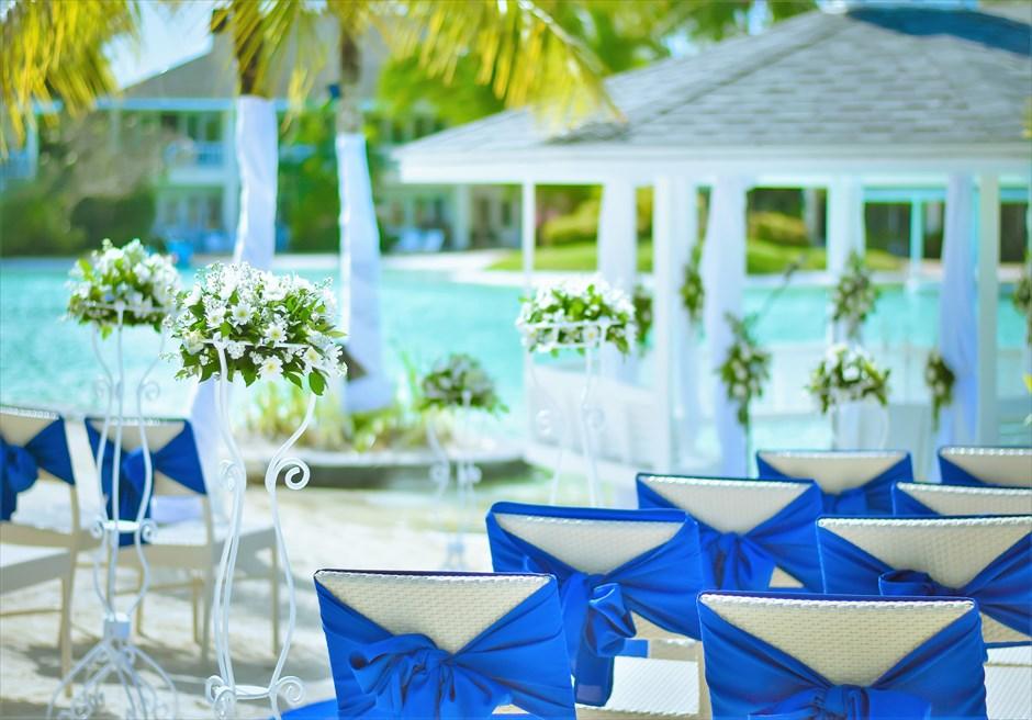プランテーション・ベイ・リゾート&スパラグーンウェディングペニンシュラガゼボブルー&ホワイト挙式会場装飾生花:ホワイトサッシュ&カーペット:ブルー