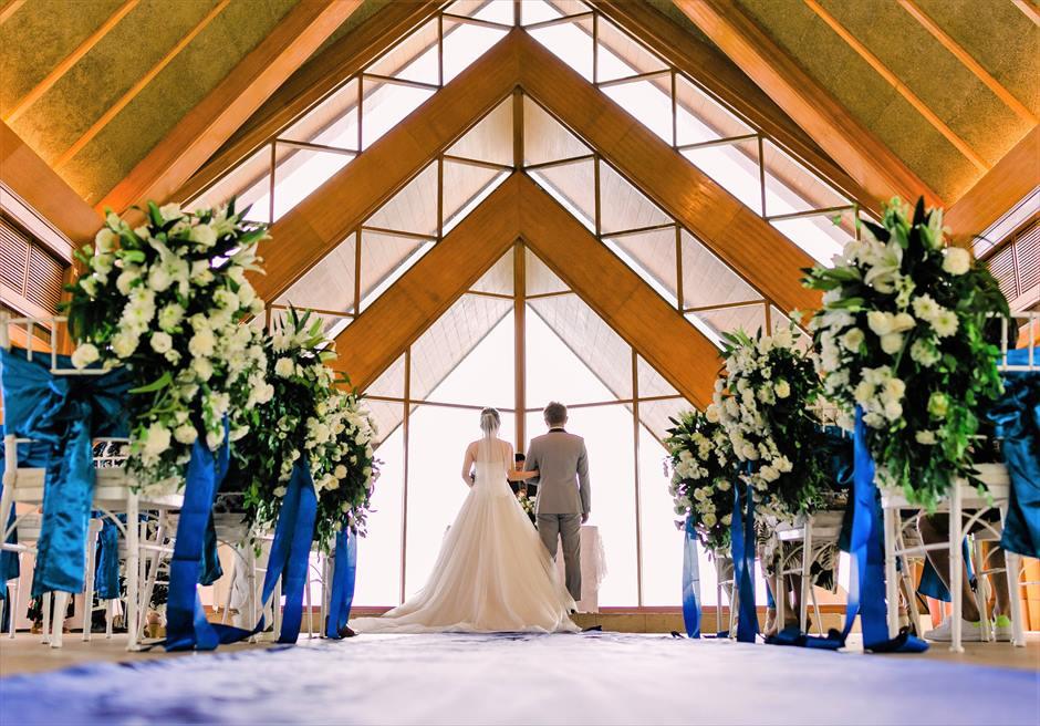 シャングリラ・マクタン・リゾートオーシャン・パビリオンクラシック・ウェディングブルー装飾挙式シーン
