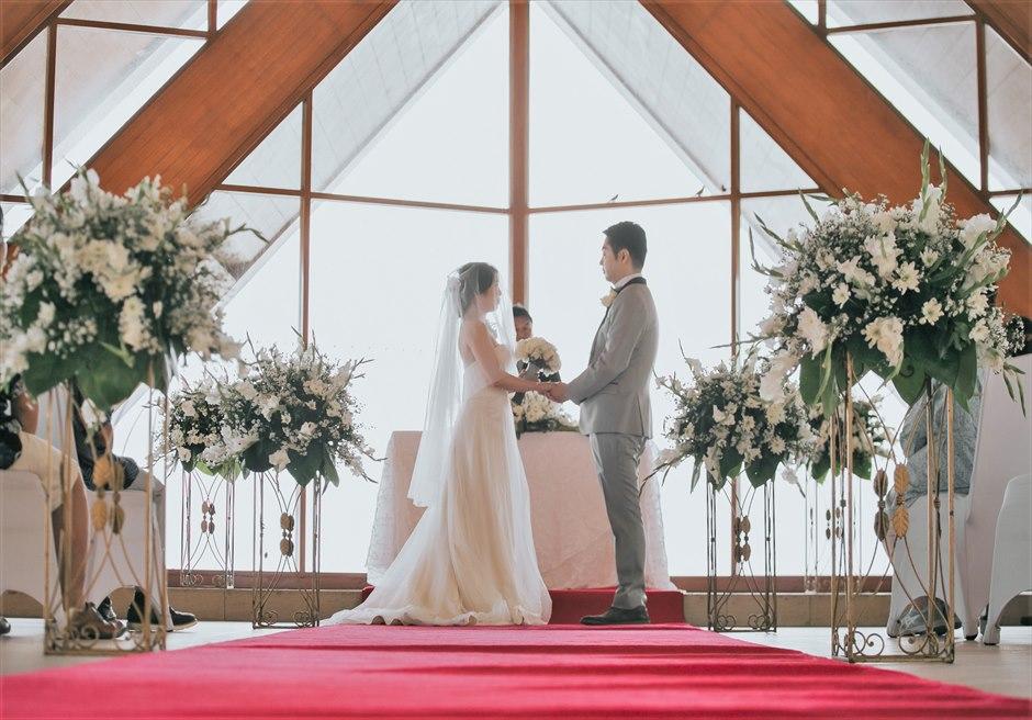 シャングリラ・マクタン・リゾートオーシャン・パビリオンクラシック・ウェディングレッド装飾挙式シーン