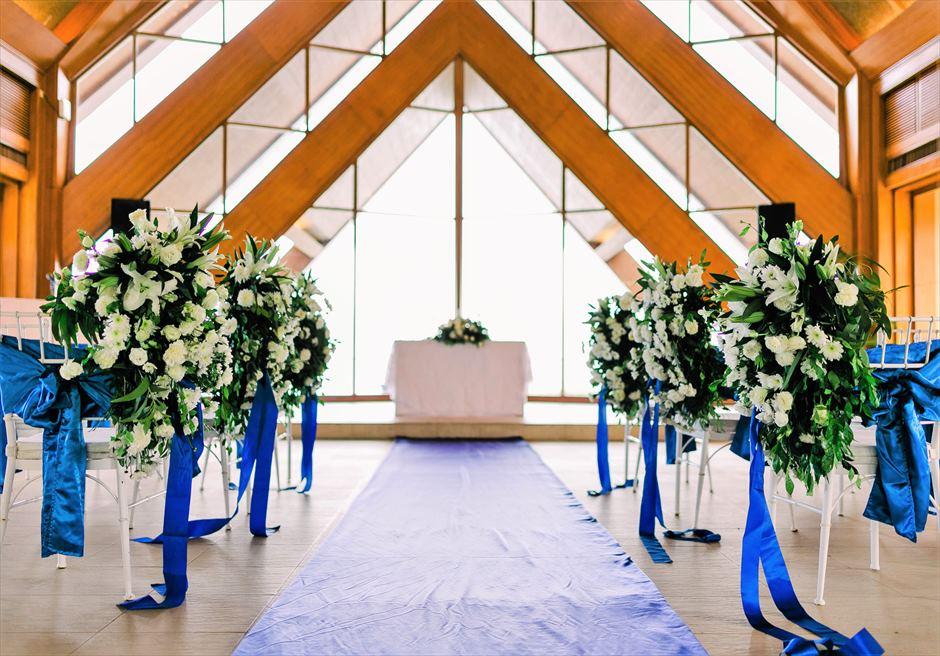 オーシャン・パビリオン クラシック・ウェディング ブルー・バージンロード 生花アイルサイド・チェアフラワー