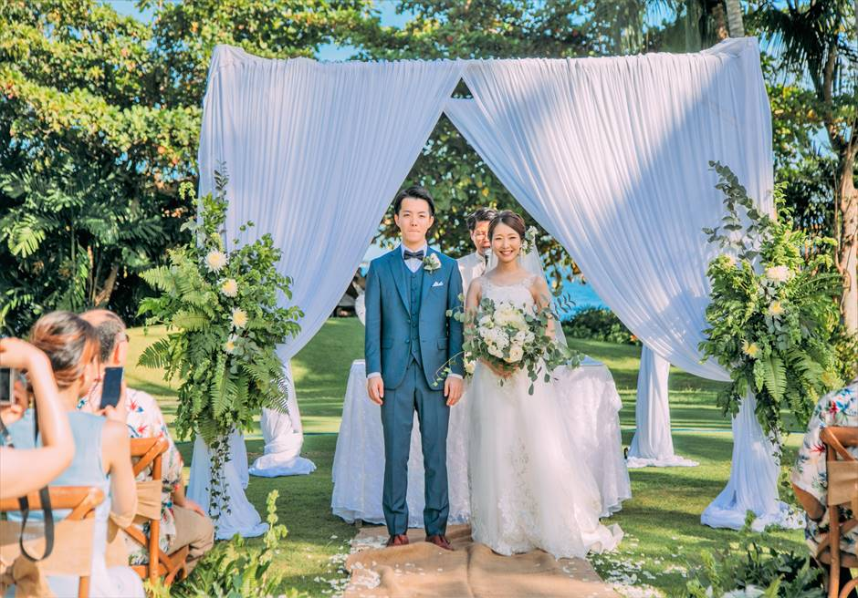 シャングリラ・マクタン・リゾートヘリパッド・ガーデンラスティック・ウェディング緑・白・青のコントラストが美しい挙式シーン