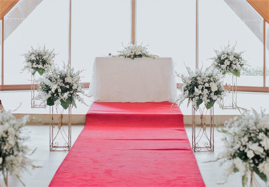 シャングリラ・マクタン・リゾートオーシャン・パビリオンクラシック・ウェディングレッド装飾祭壇周り生花装飾