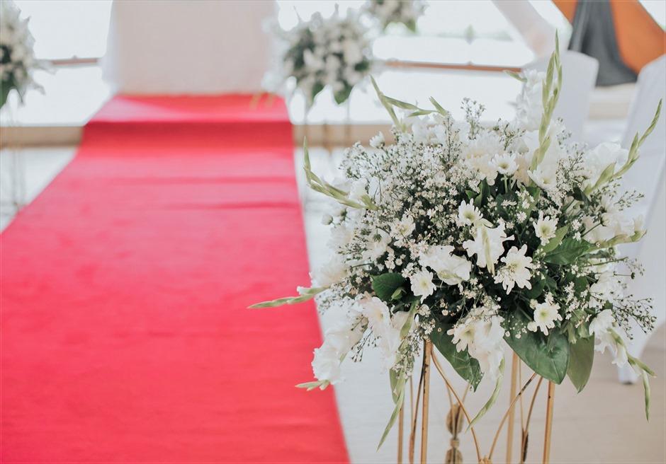 シャングリラ・マクタン・リゾート オーシャン・パビリオン クラシック・ウェディング レッド装飾 アイルサイド・フラワー
