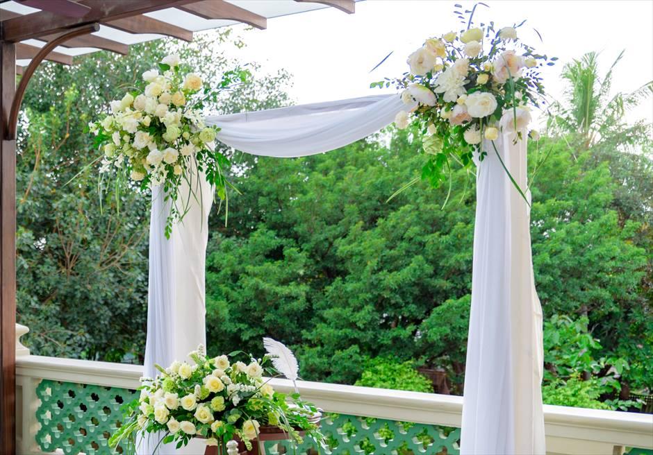 シルカ1900コロニアル・ウェディングカーサ・ドス・テラスウェディングアーチ&祭壇生花装飾