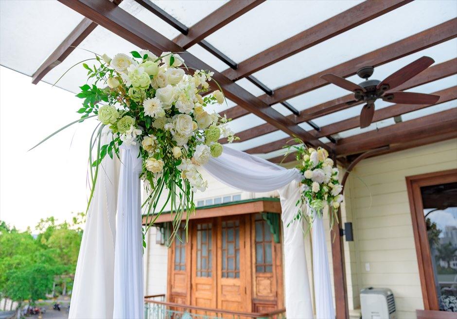 シルカ1900コロニアル・ウェディングカーサ・ドス・テラスウェディングアーチ生花装飾