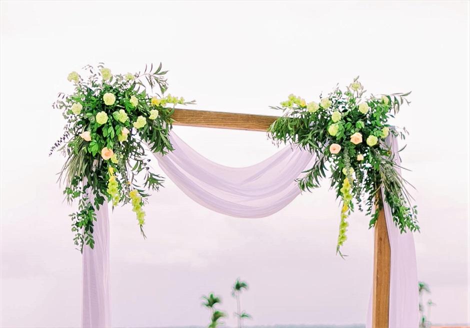 コスタベラ・トロピカル・ビーチ・ホテルナチュラル・ウェディングアーチ生花装飾