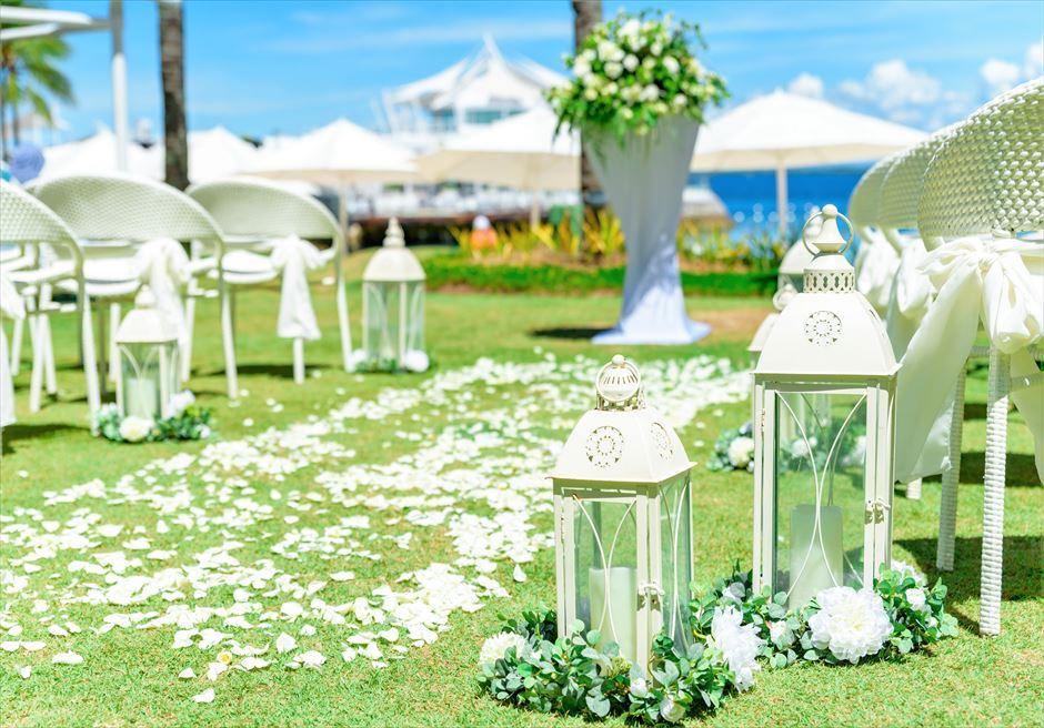 モーベンピック・マクタン・アイランドビーチフロント・ガーデンナチュラル・ウェディングホワイトアイルサイド・グリーンリーフ装飾