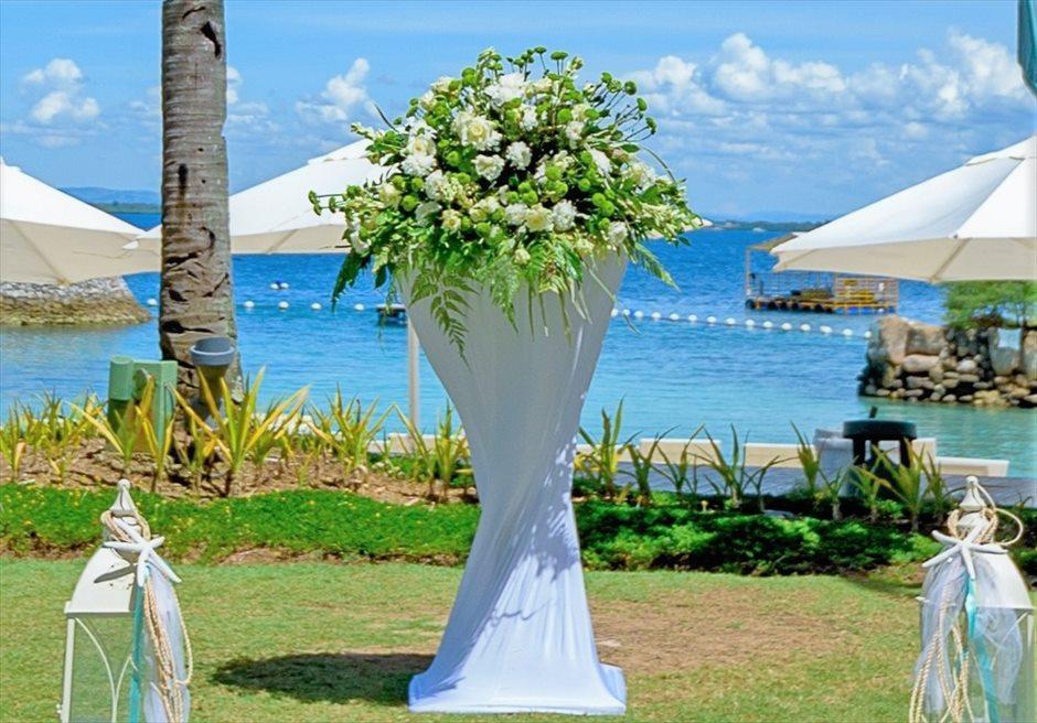 モーベンピック・マクタン・アイランドビーチフロント・ガーデンナチュラル・ウェディングホワイト生花祭壇装飾