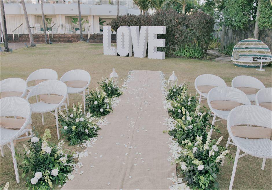 ビーチフロント・ガーデンインティメイト・ウェディングアイルサイド装飾生花ホワイトペタル8つの生花&グリーンリーフバスケット