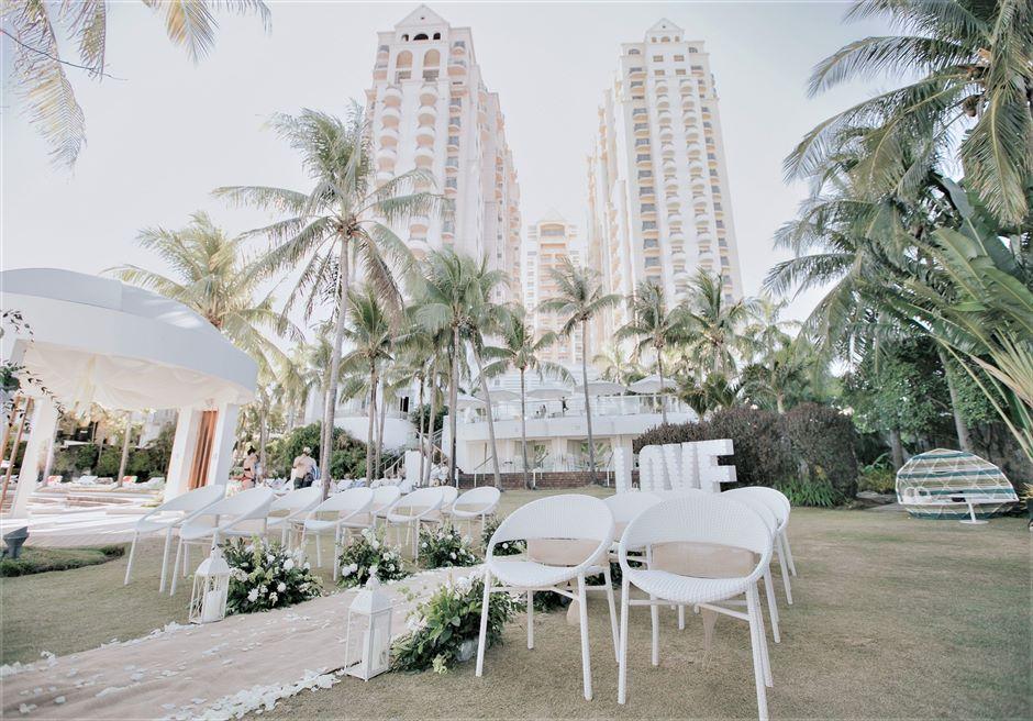 モーベンピック・マクタン・アイランドビーチフロント・ガーデンインティメイト・ウェディングホテルを望む広大なガーデン