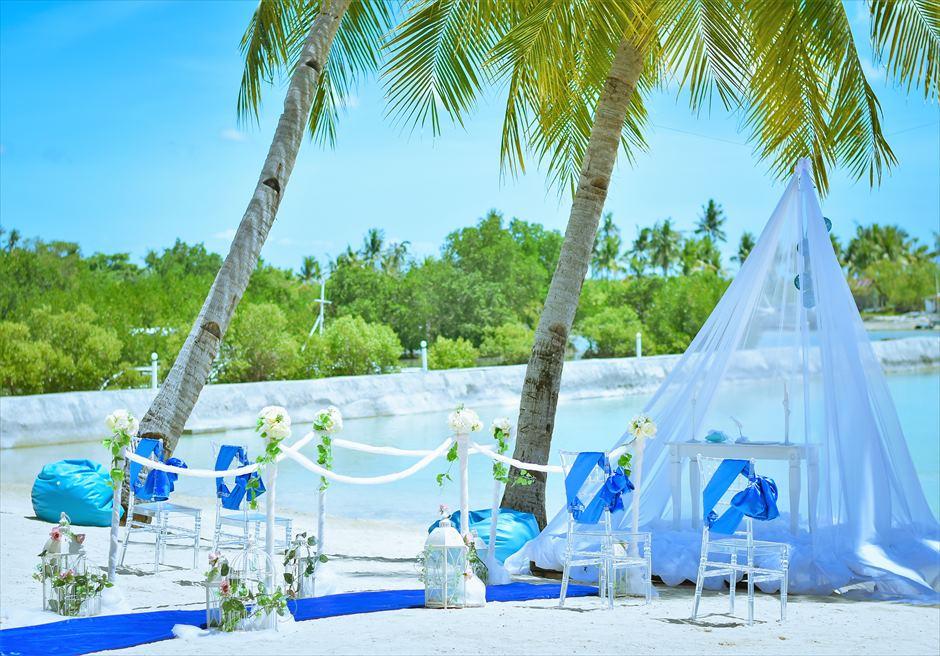 パシフィック・セブ・リゾートブルー・スカイ・ウェディングロイヤル・ブルーアイルサイド装飾